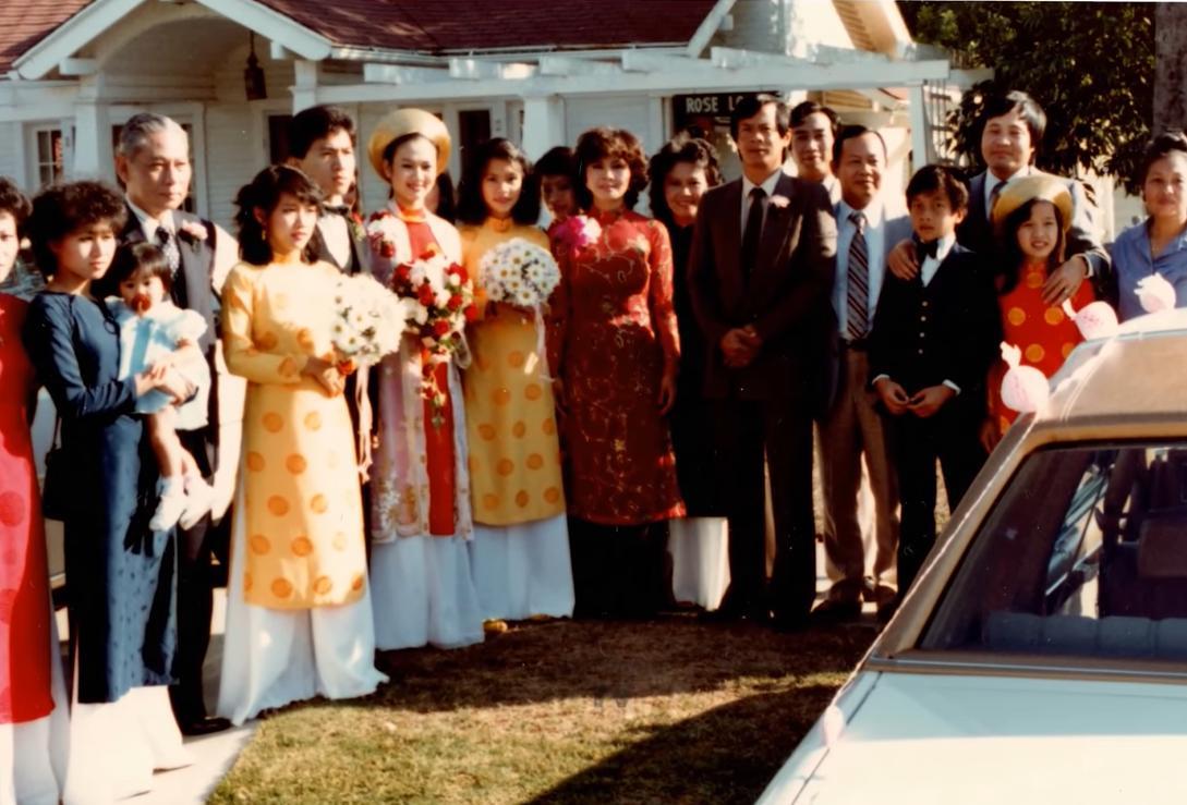 Kim Ngân mặc áo dài truyền thống trong đám cưới với chồng mình. Dù ở Mỹ nhưng cô vẫn tổ chức đám cưới theo phong cách miền Tây Nam Bộ
