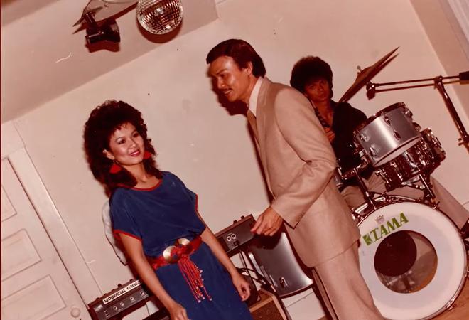 Kim Ngân trong những buổi diễn đầu tiên dưới sự dìu dắt của nhạc sĩ Trường Hải. Lúc này, cô để tóc theo phong cách Rock thời thượng thập niên 80
