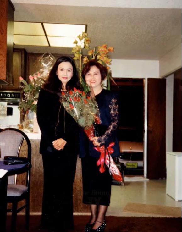 Kim Ngân chụp cùng vợ nhạc sĩ Trường Hải khi đến nhà bà dự sinh nhật