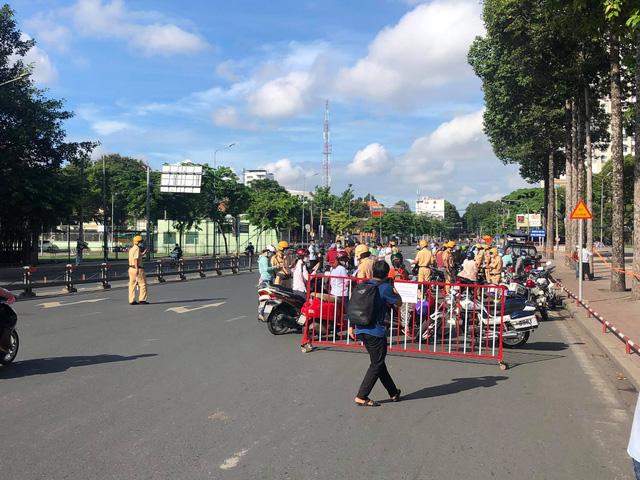 Lực lượng chức năng lập chốt tại khu vực công viên Gia Định.