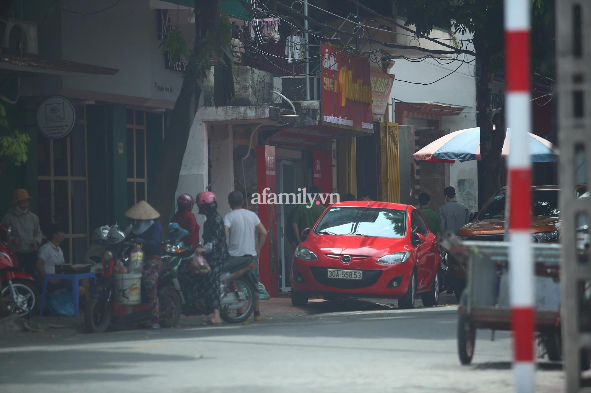 Cảnh sát đã dẫn bị can đến khám nghiệm cửa hàng áo dài ở số nhà 126 Nguyễn Thượng Mẫn, TP Hải Dương. Đây là nơi vợ chồng Năng từng thuê để mở hiệu thuốc.