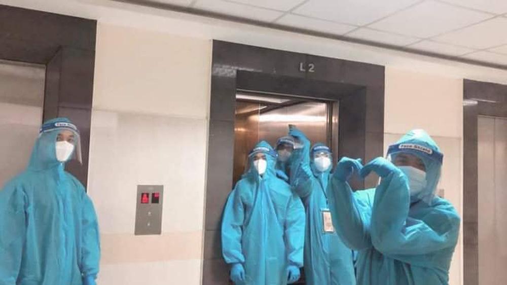 Tấm ảnh chụp vội đội ngũ hậu cần tại Bệnh viện dã chiến số 3. (Ảnh: Phương Nhi)