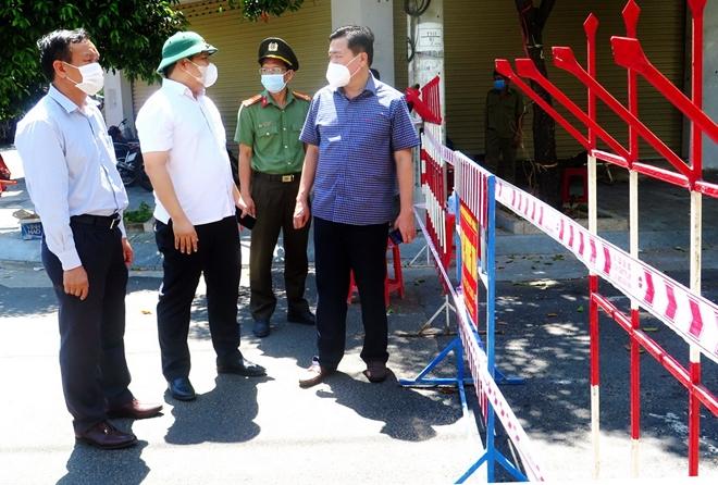 Ông Trần Hữu Thế - Chủ tịch UBND tỉnh Phú Yên (áo xanh) trong một cuộc kiểm tra phòng, chống dịch địa bàn cơ sở ở TP Tuy Hòa