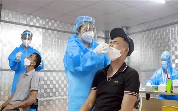 Xét nghiệm sàng lọc COVID-19 cho người dân. (Ảnh: Hoàng Hùng/TTXVN)