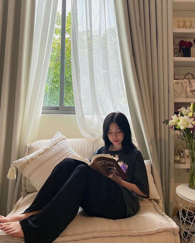 Linh Ngọc Đàm vui vẻ đọc sách trước tin bồ cũ đã có người yêu