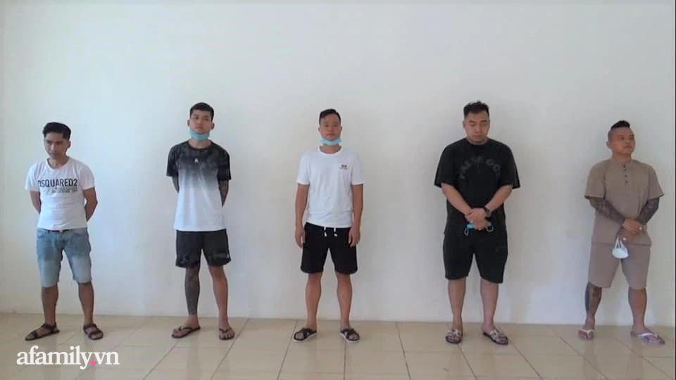 'Thánh chửi' Dương Minh Tuyền (ngoài cùng bên phải) cùng các đối tượng bay lắc ma túy trong quán.