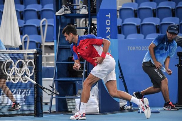 Djokovic đập vợt trong trận đấu chia tay Olympic Tokyo 2020. (Nguồn: AP)