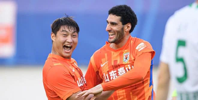Quách Điền Vũ (trái) và cựu sao Man United Fellaini là 2 cầu thủ ghi nhiều bàn nhất cho Sơn Đông Thái Sơn sau 10 vòng đấu Chinese Super League 2021.