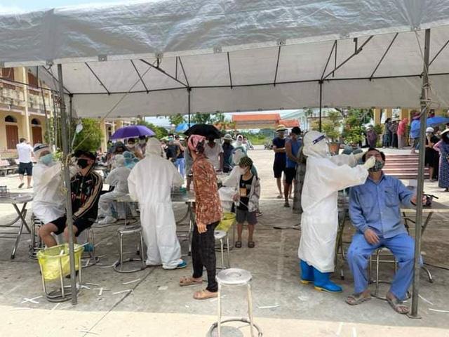 Nhân viên y tế lấy mẫu xét nghiệm cho người dân tại xã Kim Xuyên, huyện Kim Thành