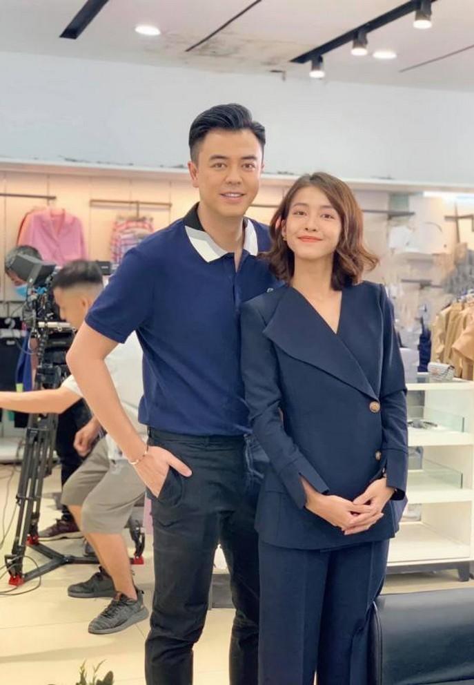 Khả Ngân vàTuấn Tú sau hậu trường phim '11 tháng 5 ngày'. Cả hai đóng vai tình nhân trong lần đầu hợp tác trên màn ảnh.