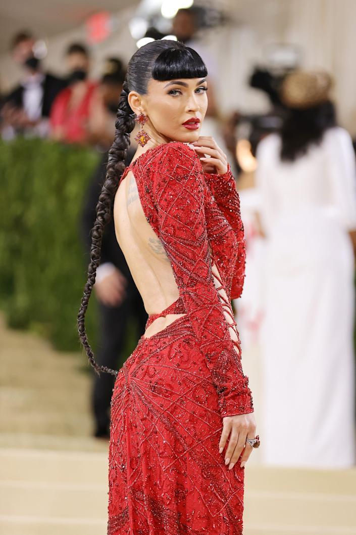 Nữ diễn viên 35 tuổi chọn chiếc đầm cắt xẻ đỏ rực kết hợp sandal Jimmy Choo. Megan Fox chia sẻ trên thảm đỏ Met Gala: 'Tôi không sợ phải trở nên gợi cảm Một phụ nữ thông minh phải biết sắc đẹp là vũ khí. Không gì nguy hiểm và cũng quyền lực hơn sắc đẹp'.