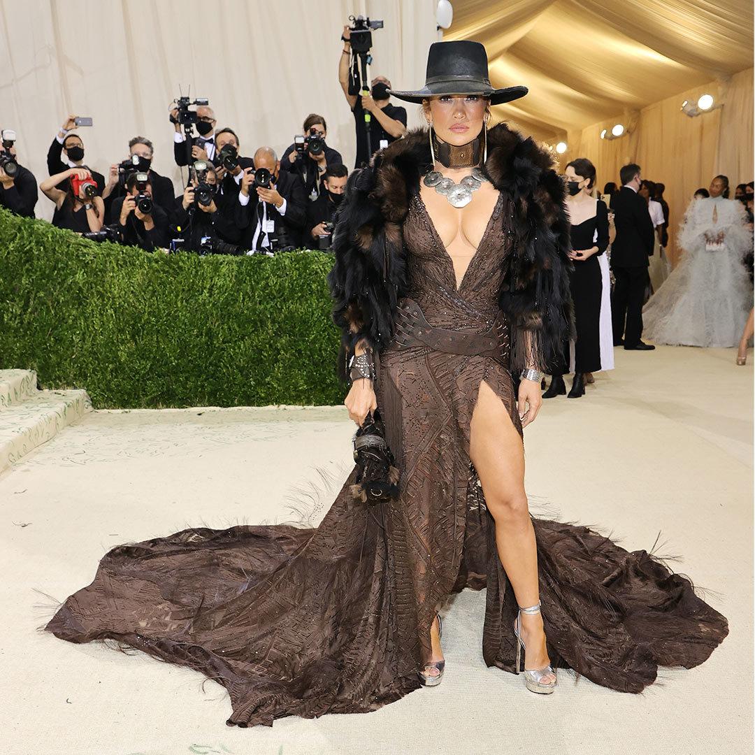 Jennifer Lopez không kém cạnh đàn em khi chọn váy xẻ cao, với cổ khoét sâu hình chữ V xuống tận bụngkết hợp áo khoác lông và mũ vô cùng sành điệu.