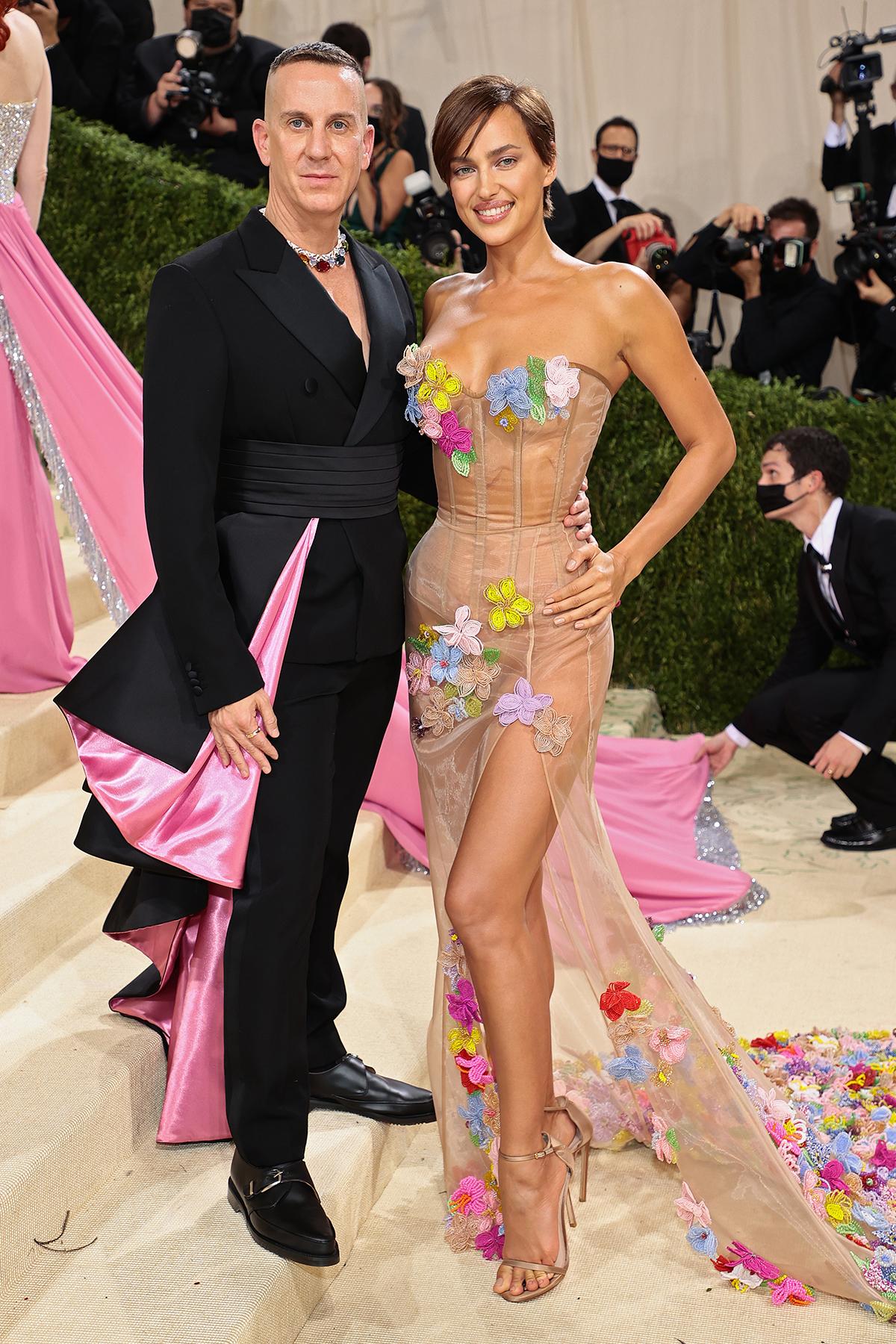 Irina Shayk chọn đầm màu nude xuyên thấu với hoa 3D đắp nổi bắt mắt.