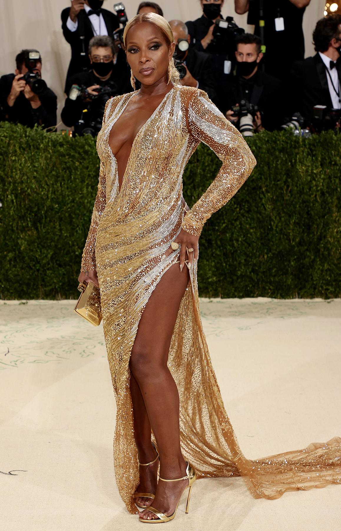 Mary J. Blige cũng không thua kém đàn em với đầm vàng sexy hiệu Dundas.