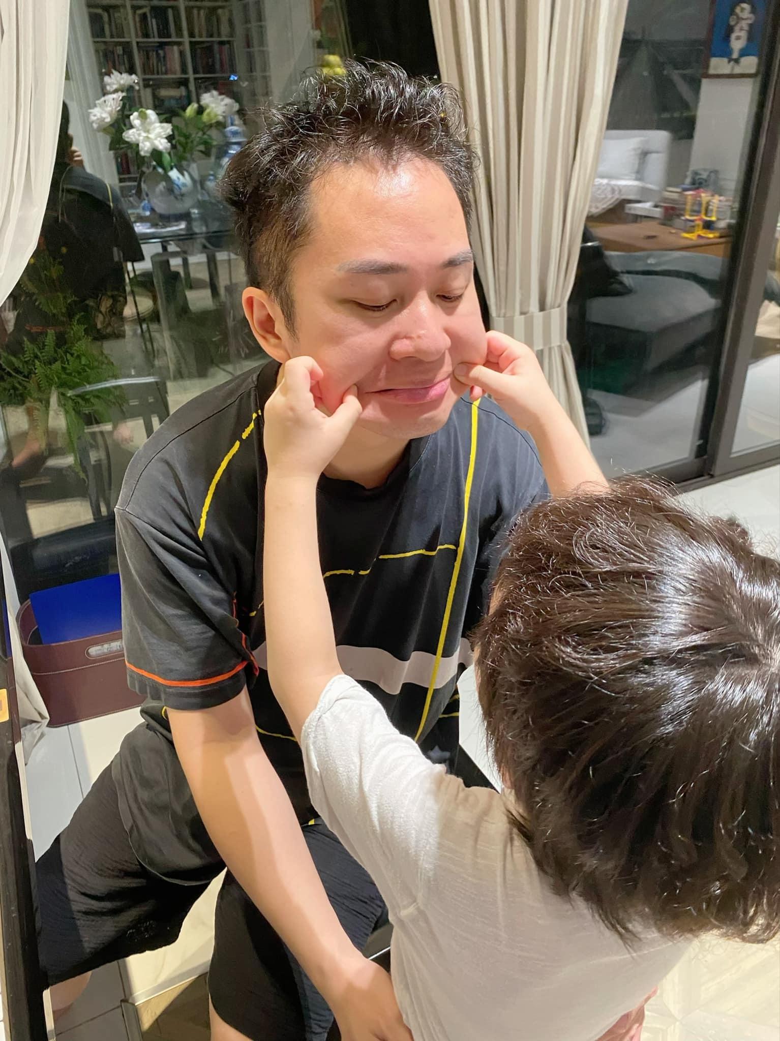 Tùng Dương chơi với con trai.