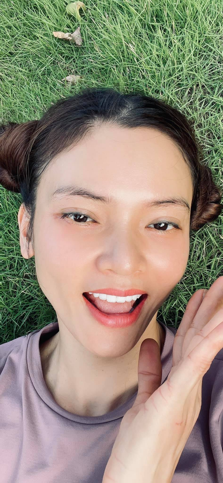 Phạm Phương Thảo selfie trên thảm cỏ.