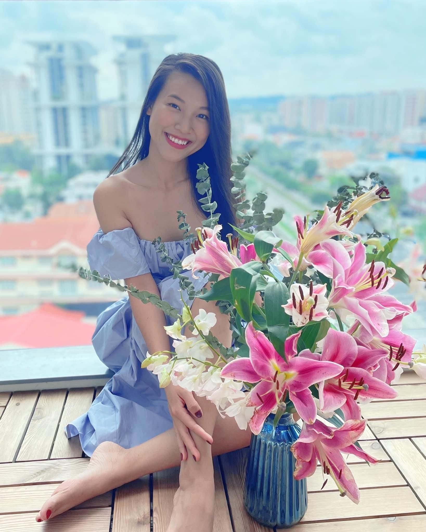 Hoàng Oanh khoe chậu hoa đẹp.