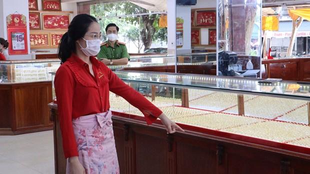 Lương Thị Nhung được yêu cầu mô tả lại hành vi lấy trộm nhẫn vàng tại tiệm vàng Kim Hương 1 ở Bình Phước. (Nguồn: thanhnien.vn)