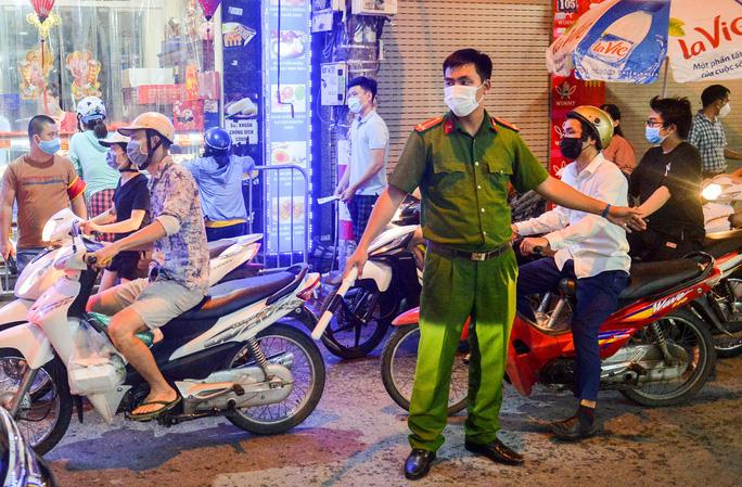 Lực lượng chức năng cũng đã có mặt phân luồng các phương tiện tham gia giao thông