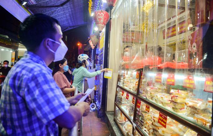 Người dân chi cần đưa thông tin số lượng cũng như loại bánh cần mua qua tấm nilon