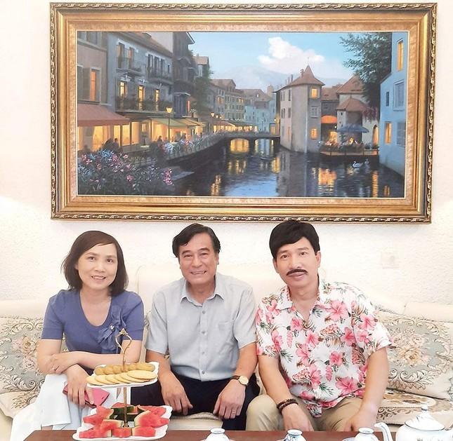 Anh Thơ cùng NSND Mạnh Cường, NSƯT Quang Thắng trong hậu trường phim '11 tháng 5 ngày'.
