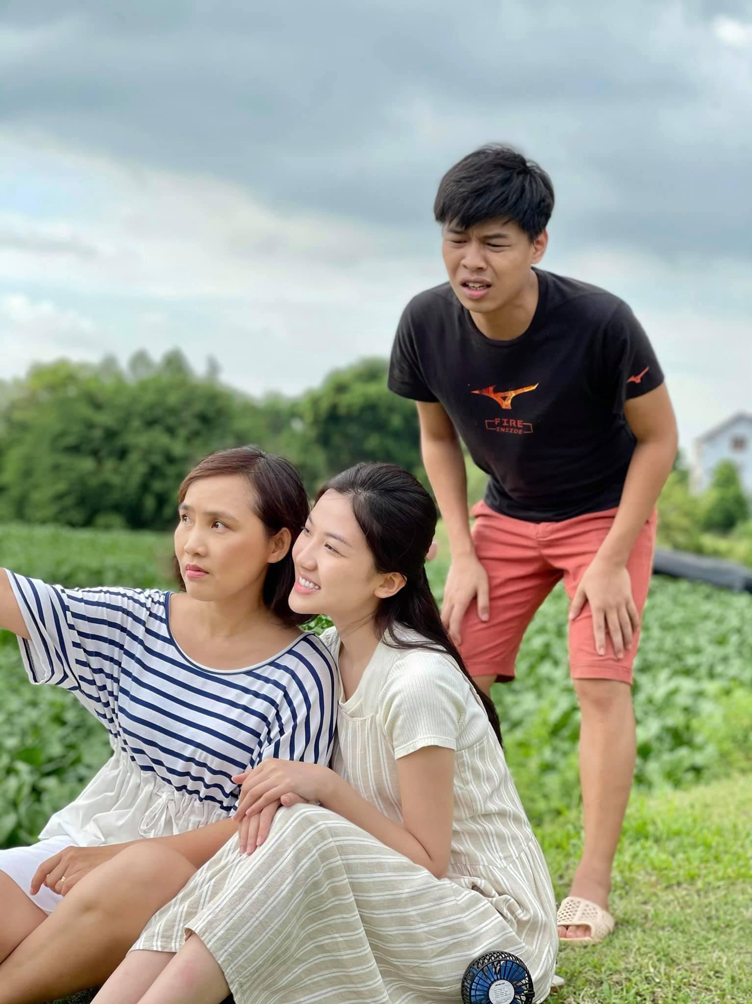 Biểu cảm hài hước của Trung Ruồi khi thấy Anh Thơ và Lương Thanh đang tạo dáng.