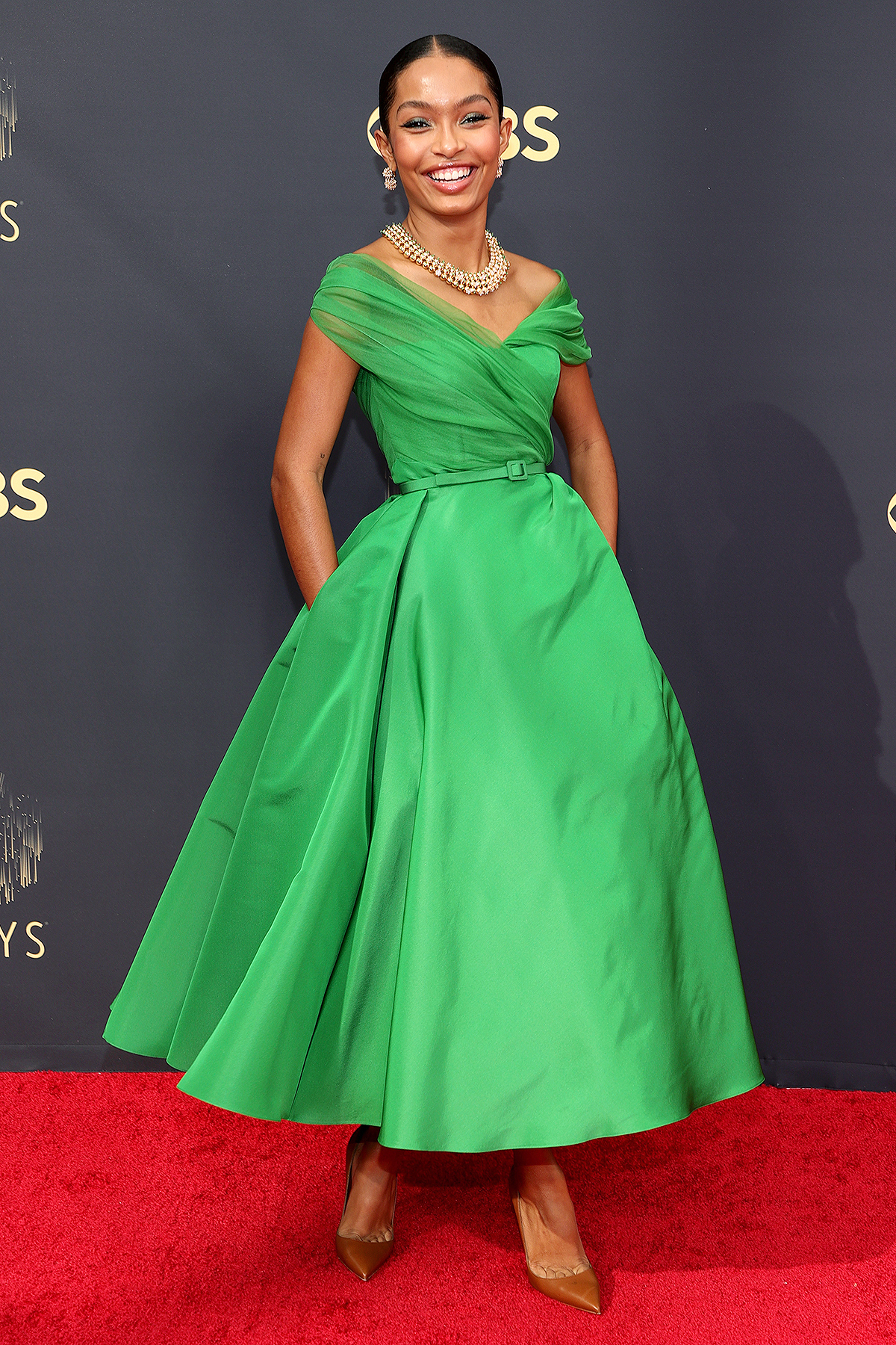 Yara Shahidirực rỡ trong đầm xanh lá cây của thương hiệuDior Haute Couture.