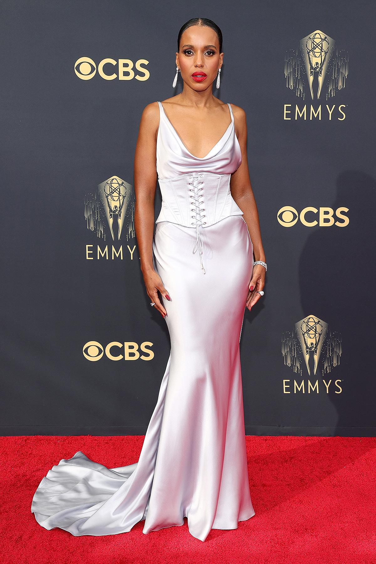 Kerry Washington thanh lịch với váy lụa màu ghi của Etro với thân trên biến tấu từ corset.