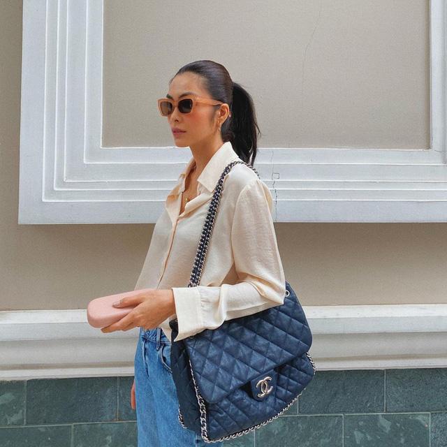 Tăng Thanh Hà diện áo sơmi màu nude với quần jean canh cơ bản. Cô mix với túi xách Chanel bản to làm điểm nhấn giúp set đồ trở nên ấn tượng hơn.