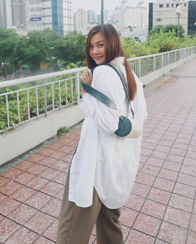 Chân dài Thanh Hằng cũng rất ưa chuộng cách mix áo sơmi phóng khoáng như thế này.