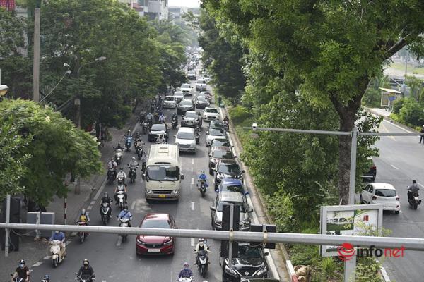 Đường Láng không còn cảnh vắng lặng như trước, đã xuất hiện hình ảnh những hàng dài ô tô tại khu vực các ngã tư.