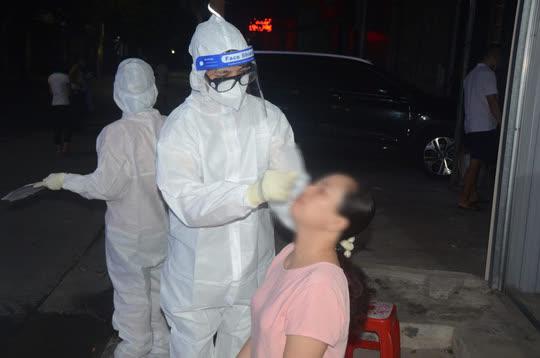 CDC tỉnh Hà Nam lấy mẫu xét nghiệm cho người dân địa bàn TP Phủ Lý