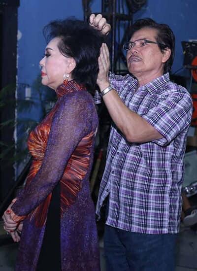 Ông Võ Văn Sang chải tóc cho vợ trước khi bà ra sân khấu biểu diễn
