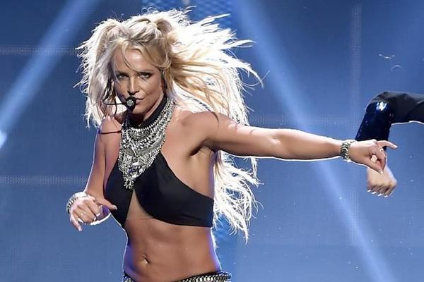 Công chúa nhạc Pop một thời trên sân khấu.