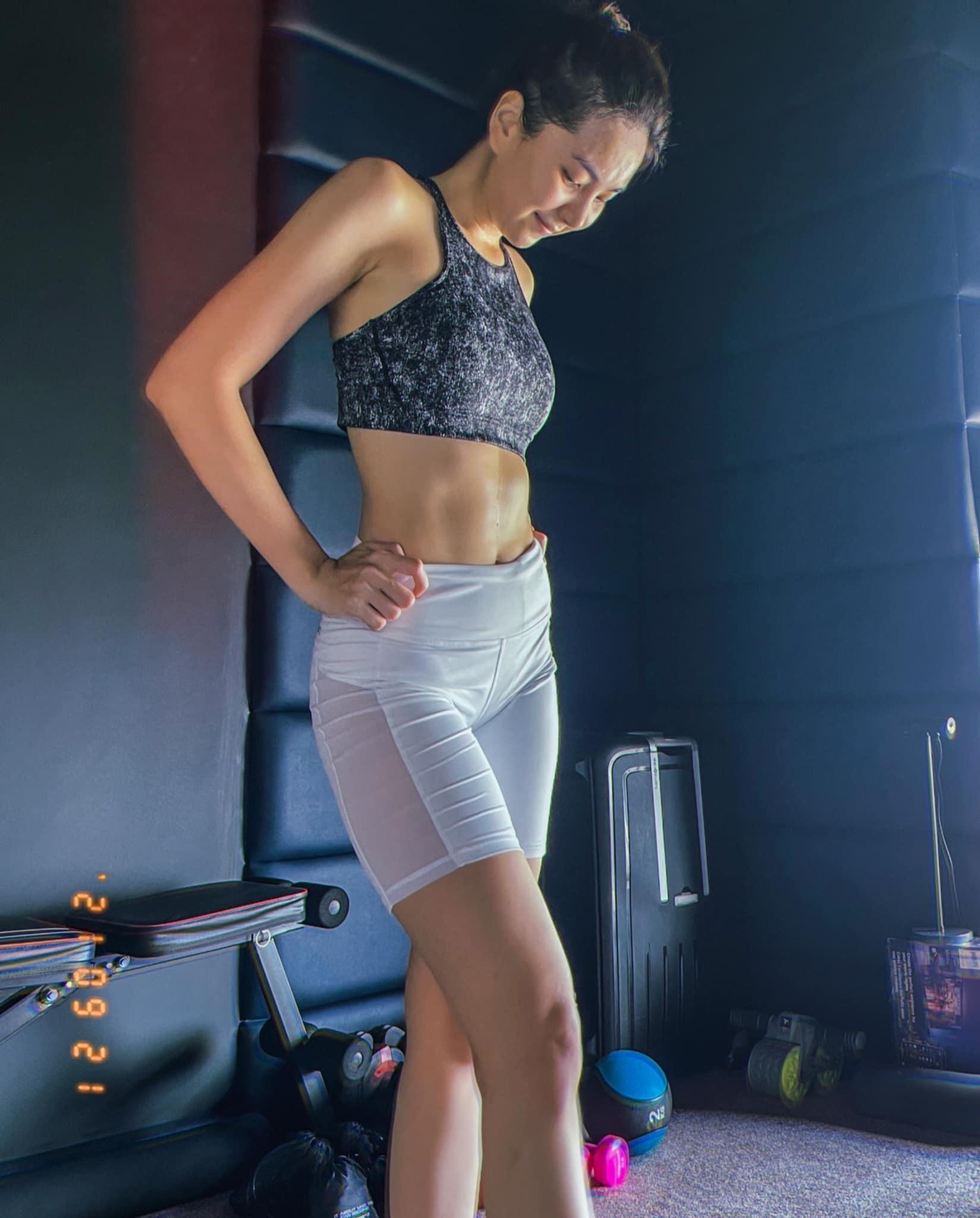BTV Mai Ngọc giảm 6 kg trong 3 tháng, lộ múi bụng.