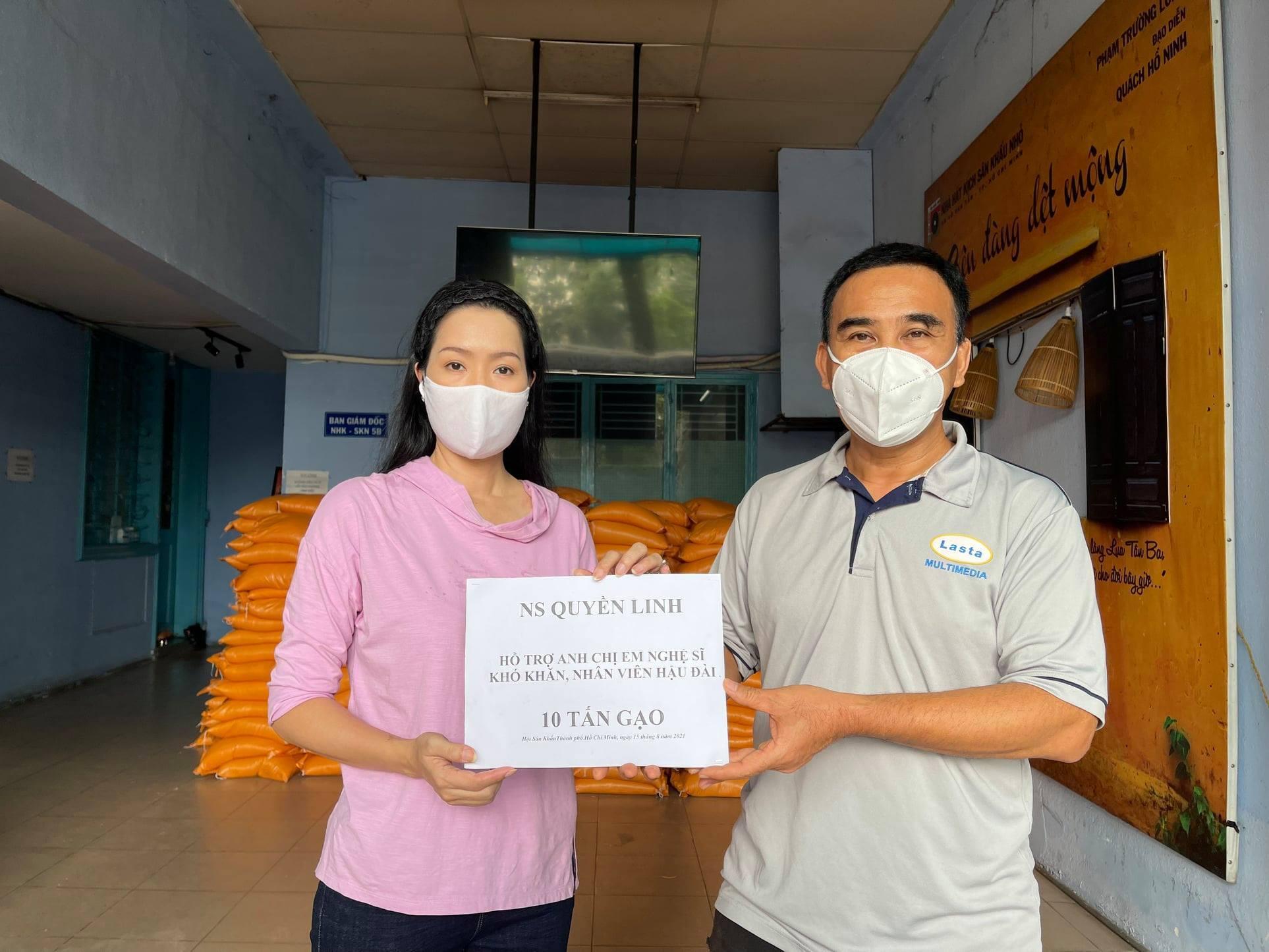 Trịnh Kim Chi đại diện Hội Sân khấu TP.HCM nhận 10 tấn gạo từ Quyền Linh.