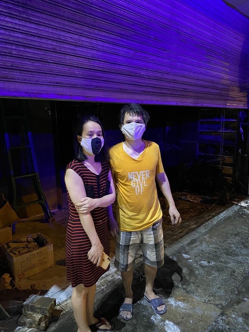 Hai vợ chồng mắc kẹt trong đám cháy lớn được cảnh sát giải cứu