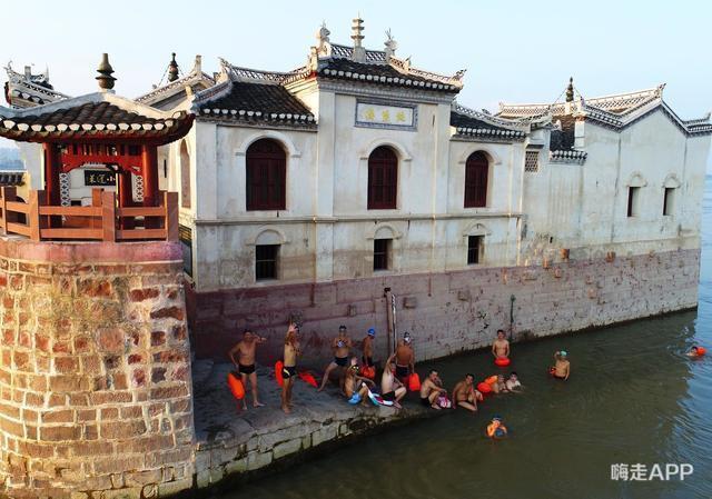 Không ít những người dân đã bơi đến khu vực ngôi chùa để chiêm ngưỡng vẻ đẹp 700 năm. Hình ảnh: Baijiahao