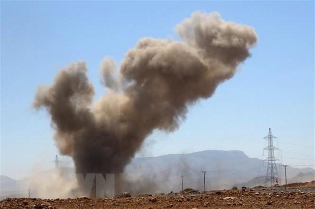 Khói bốc lên sau một cuộc giao tranh giữa quân đội chính phủ và lực lượng Houthi tại tỉnh Marib của Yemen. (Ảnh: AFP/TTXVN)