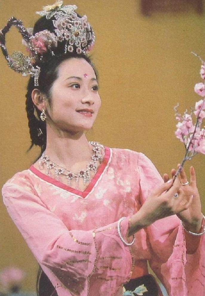 Hạnh Tiên - nữ yêu tinh tu luyện từ cây Hạnh trên núi. Khác với các nữ yêu khác, cô yêu thơ, ca hát và tâm hồn bay bổng. Vai diễn này do nữ diễn viên Vương Linh Hoa đảm nhận.