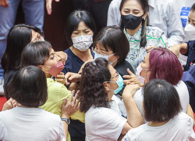Nghị sĩ Chiu Yi-ying (áo vàng) cản bà Chen lại. Ảnh: CNA
