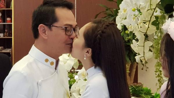 NSND Trung Hiếu đắm đuối cùng vợ trẻ trong đám cưới cách đây hơn 2 năm.