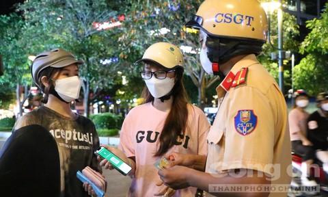 Người dân TPHCM xuất trình 'thẻ xanhCovid-19' khi CSGT kiểm tra trong quá trình lưu thông