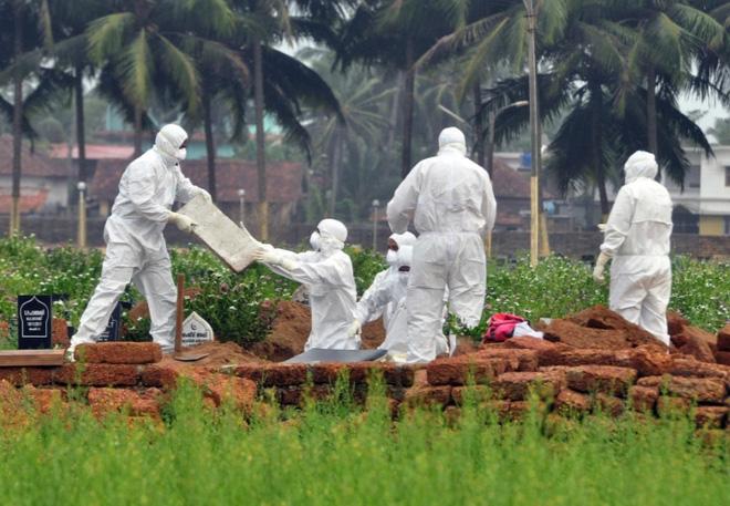 Nhân viên y tế chôn cất một nạn nhân của virus Nipah ở Kerala, Ấn Độ năm 2018. Nguồn: Reuters