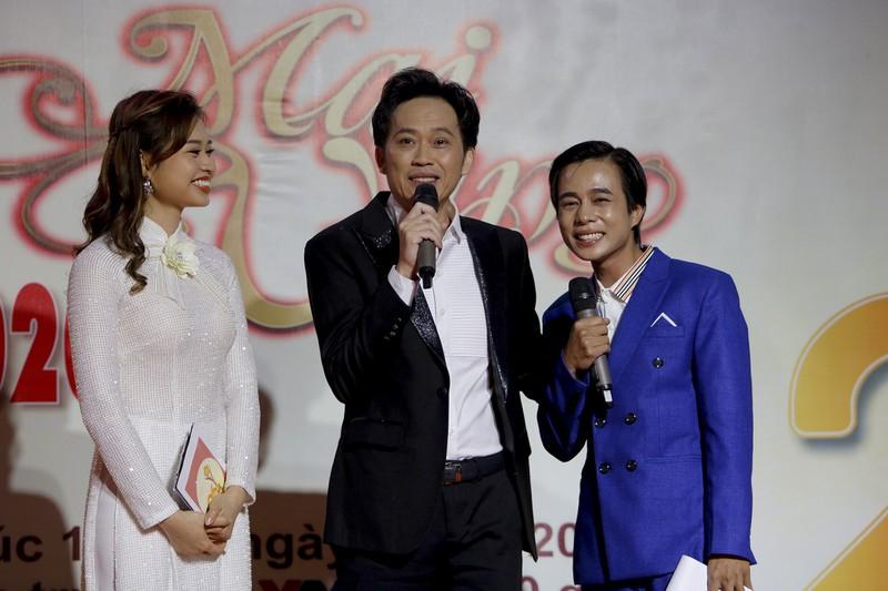 Hoài Linh xuất hiện trên sân khấu Mai Vàng để khẳng định với khán giả bản thân vẫn ổn