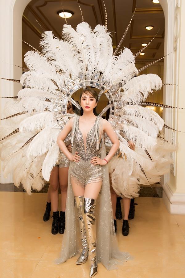 Quỳnh Nga diệnthiết kế gợi cảm của NTK Brian Võ cùng đôi cánh carnaval bằng lông vũ lộng lẫy tiến xuống sân khấu, đảm nhận phần diễn mở màn cho chương trình trong khuôn khổ một sự kiện về sắc đẹp diễn ra tối qua tại Hà Nội.