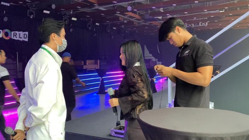 Đạo diễn Lê Việt bên cạnh ca sĩ Hồng Nhung.