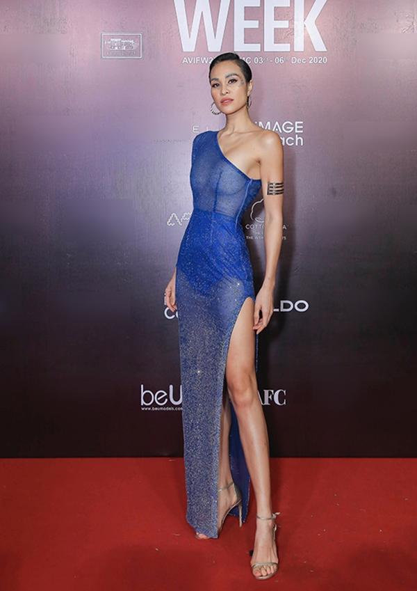 Xuất hiện trên thảm đỏ thời trang, siêu mẫu Mai Phương khoe thân hình lý tưởng với ba vòng nóng bỏng khi diện bộ đầm xuyên thấu tông màu xanh đính kết lấp lánh, có điểm nhấn làđường xẻ đùi táo bạo.