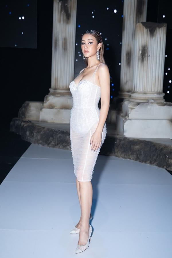 Mayacũng ghi tên vào danh sách với trang phục xuyên thấu tại sự kiện thời trang. Thiết kế hai dây ôm sát như 'bức tử'vòng một, đồng thời giúp cô khoe khéo đường cong chữ S bốc lửa.