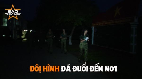 Ban đầu Diệu Nhi cùng Khánh Vân chạy phía sau, Dương Hoàn Yến vì tuột dây cột tóc cũng chạy phía sau nốt.